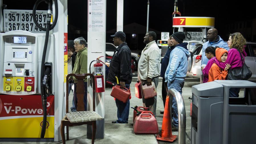 Personas en estación de gasolina de EEUU