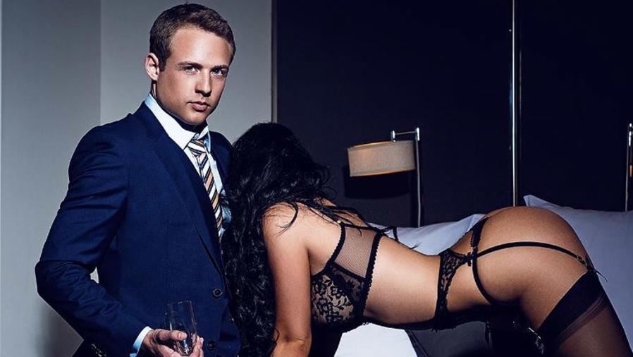 Ryan James posa junto a una mujer en lencería