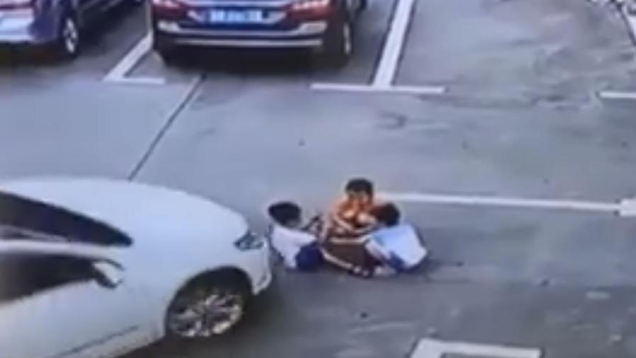 Una mujer atropella atres niños en China