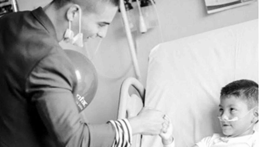 Maluma visitó a niños en un hospital de Colombia