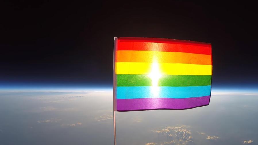 Bandera de arcoiris en el espacio