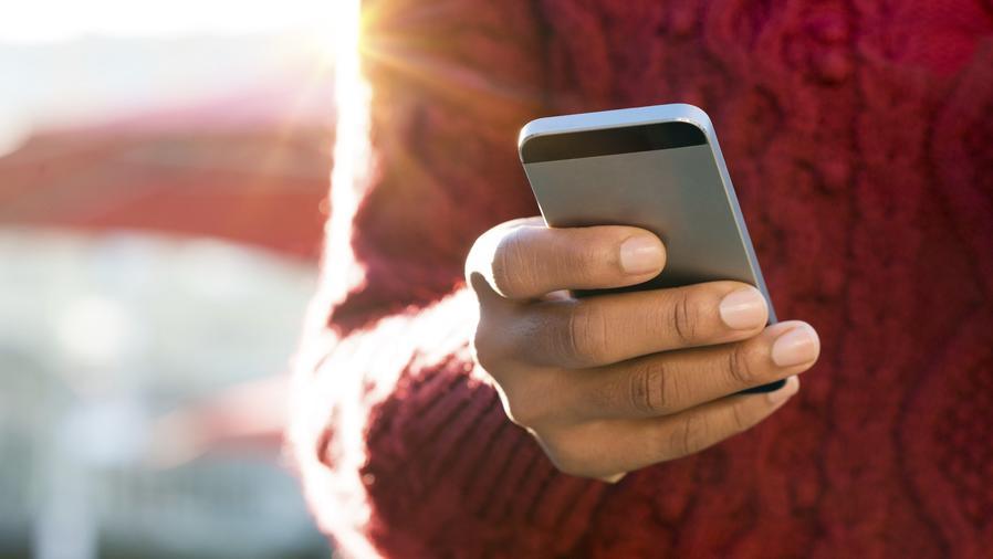 Mujer usando un teléfono móvil
