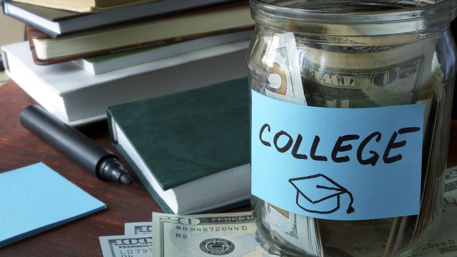 Frasco con ahorros para la universidad