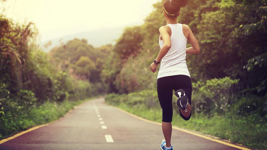 Mujer joven de espalda corriendo
