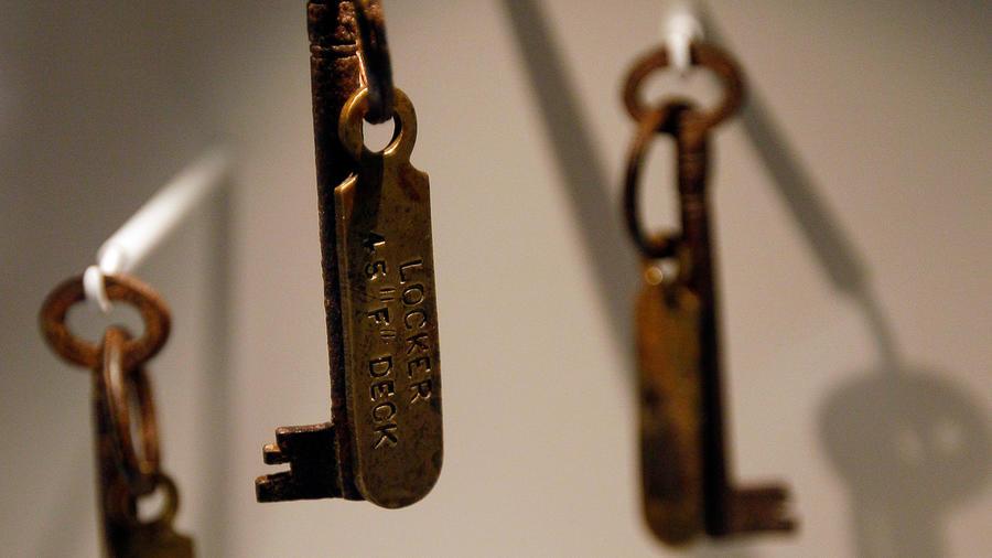 Juego de llaves de un locker en el titanic que pertenecían a uno de sus empleados