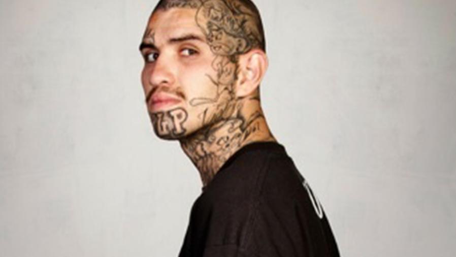 Ex pandillero que formó parte del programa 'Skin Deep' en el que el fotógrafo Steve Burton editó su retrato y le quitó los tatuajes digitalmente