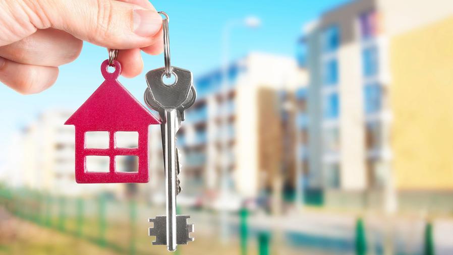 Mujer sostiene las llaves de su casa