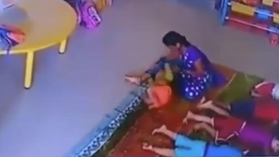 Le da una brutal paliza a la bebé que cuidaba en la guardería (VIDEO)