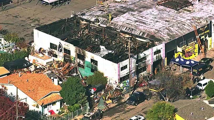 """Vista aérea de la bodega """"Ghost Ship"""" que se incendió el viernes en Oakland, California"""