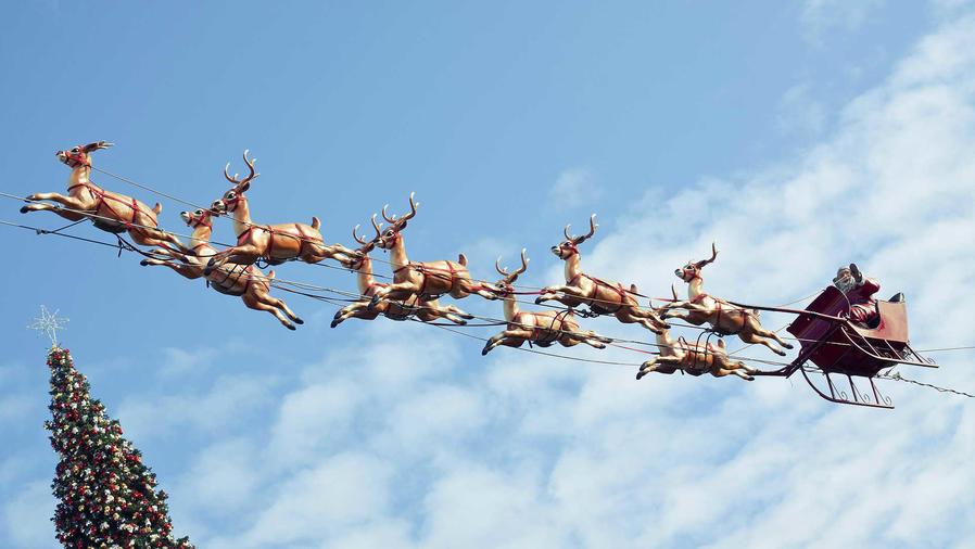 Santa Claus volando con su trineo en el cielo