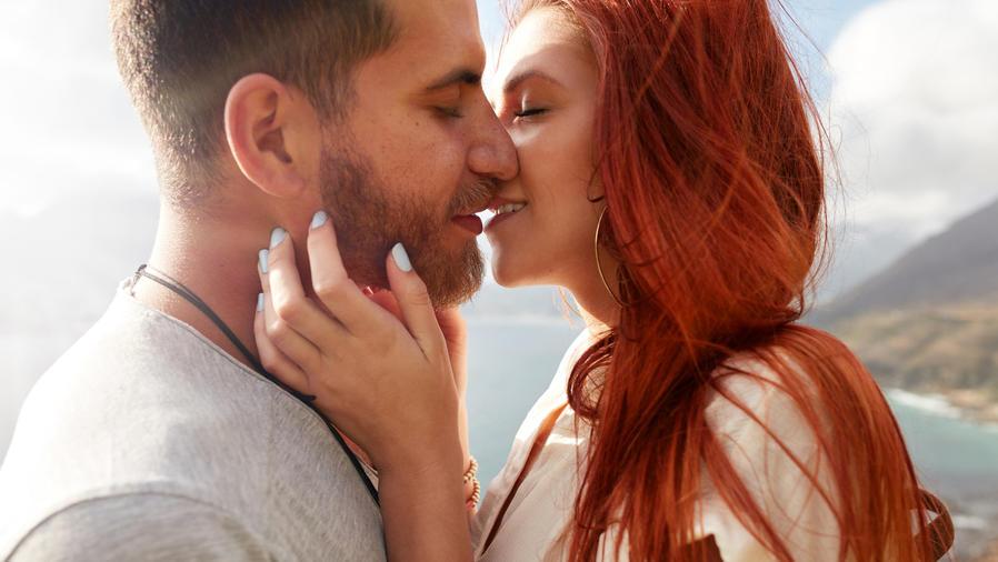 Pareja al aire libre besándose
