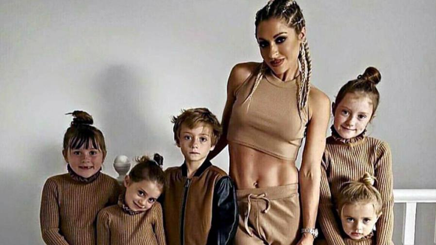 Mamá fit junto a sus cinco hijos