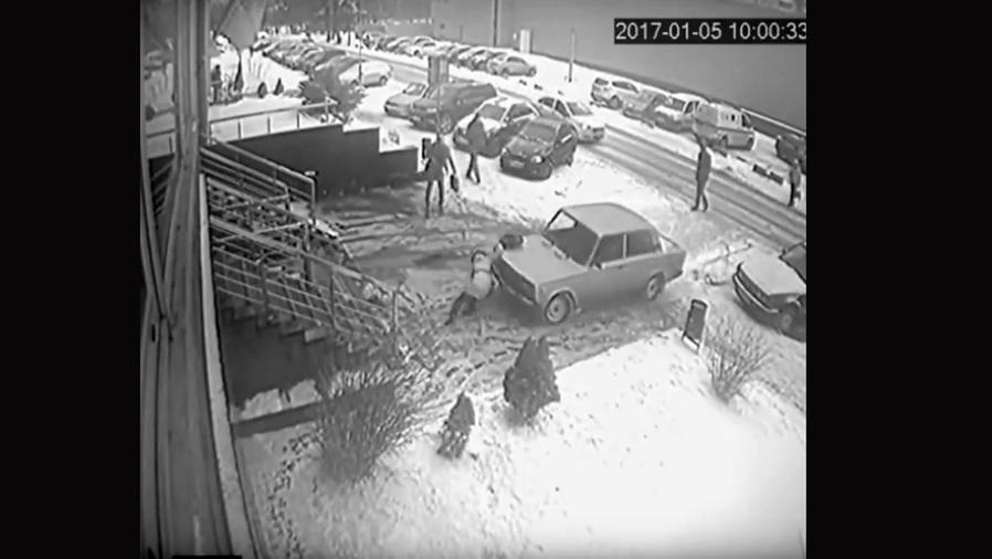Una mujer sobrevive milagrosamente al ser aplastada por un auto