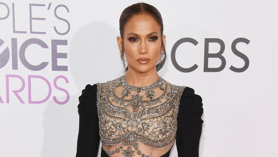 Jennifer Lopez en la alfombra de People's choice awards 2017