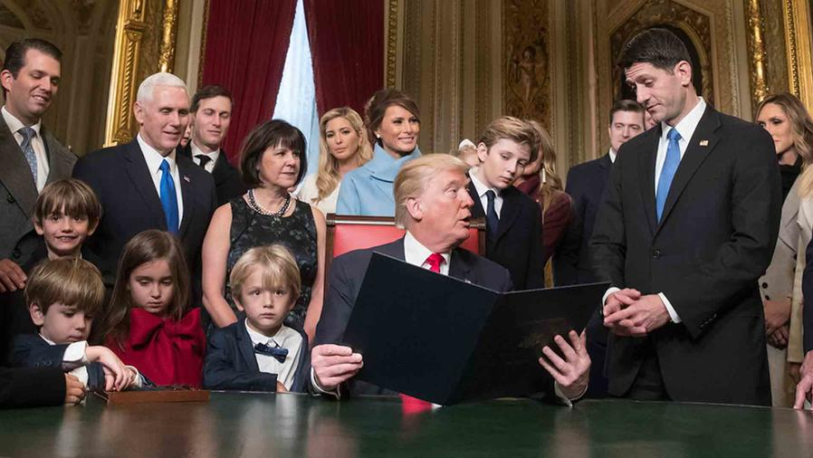 Donald Trump firmando los documentos presidenciales
