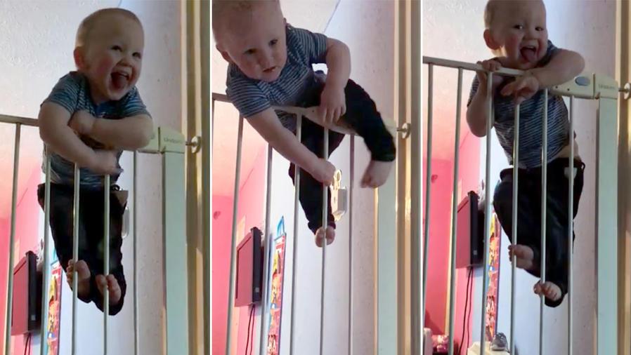 Bebé escalando una valla de seguridad