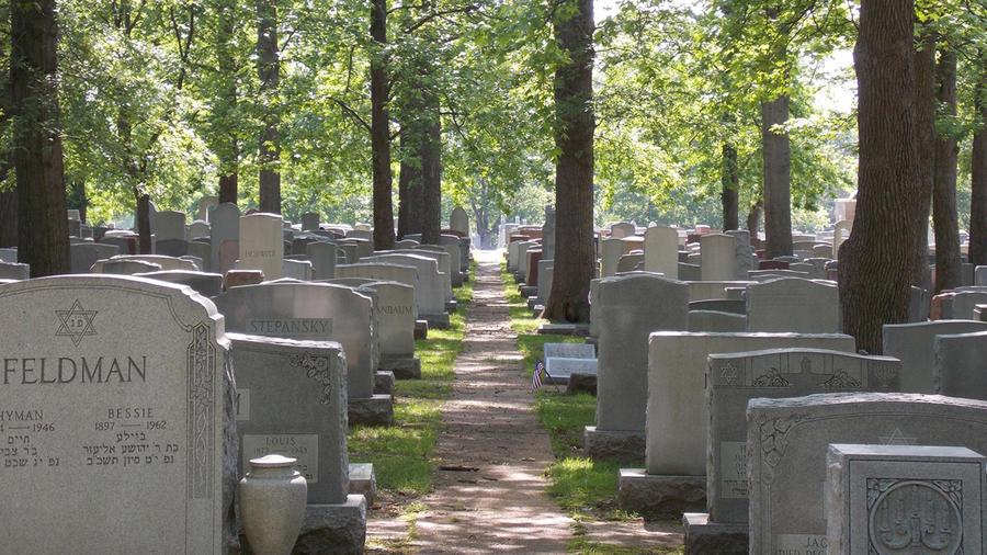 Vándalos profanan tumbas en un cementerio de Misuri
