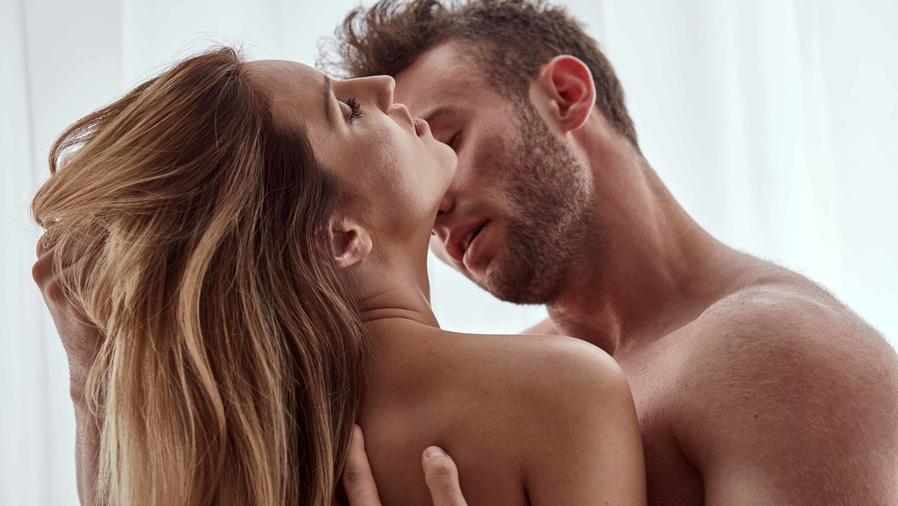 Hombre besando a su pareja en el cuello