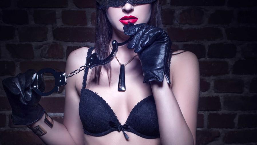 Mujer con esposas y guantes de piel negros