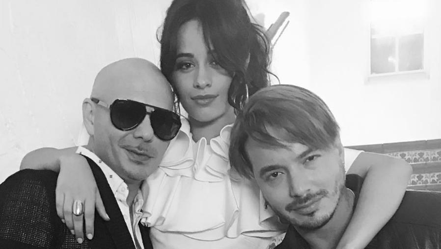 Pitbull, Camila Cabello y J Balvin abrazados