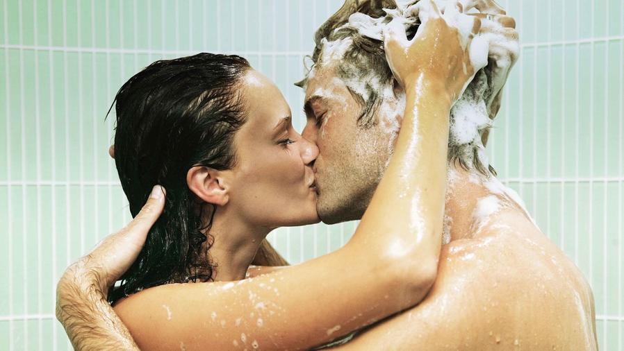 Pareja besándose en la ducha