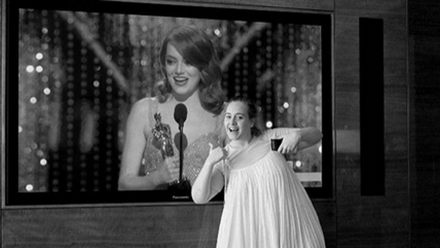 Adele celebra premio Oscar de Emma Stone