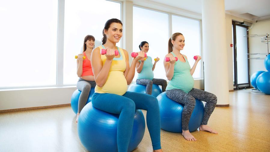 Grupo de embarazadas en clase de Pilates