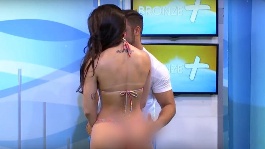 Modelo brasileña en programa de TV