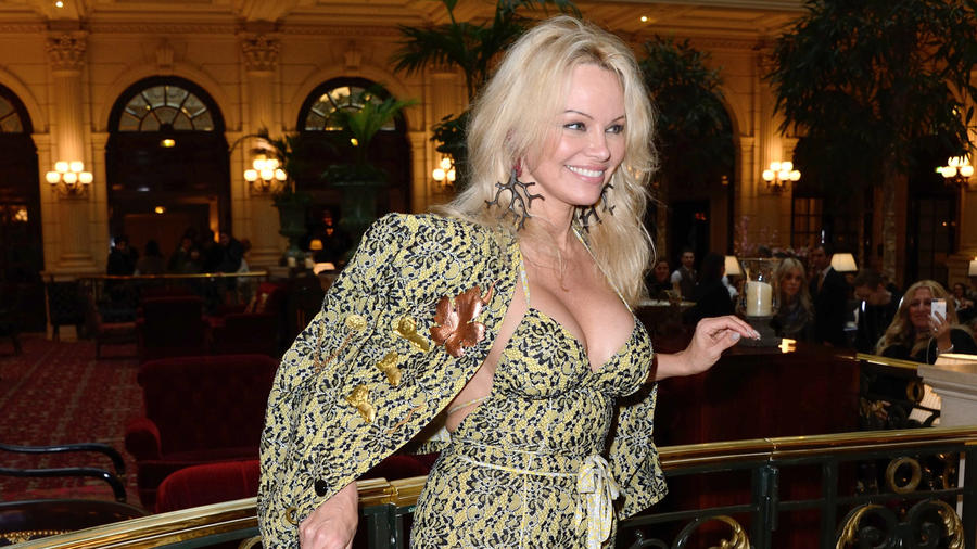 Pamela Anderson luce escote
