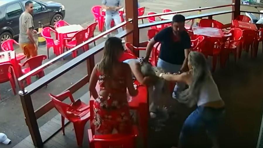 mujer pelea bar