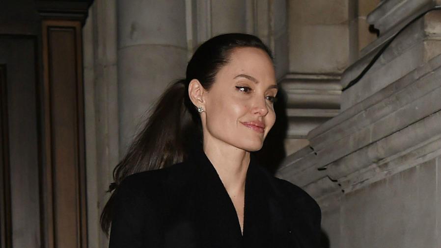 Angelina Jolie saliendo del Palaicio de Buckingham