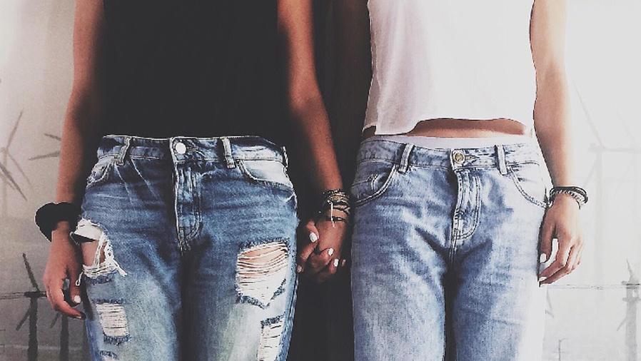 Chicas tomadas de las manos