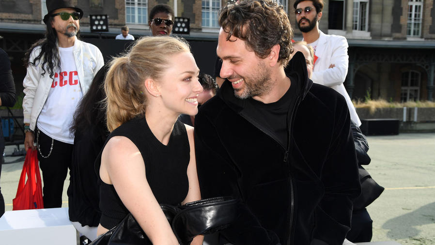 Amanda Seyfried y Thomas Sadoski durante el Paris Fashion Week 2016