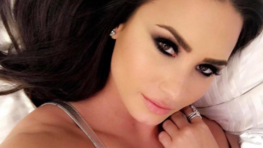 Demi Lovato recostada