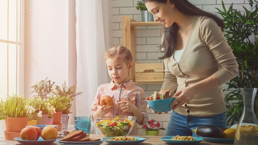Madre e hija hacen una ensalada