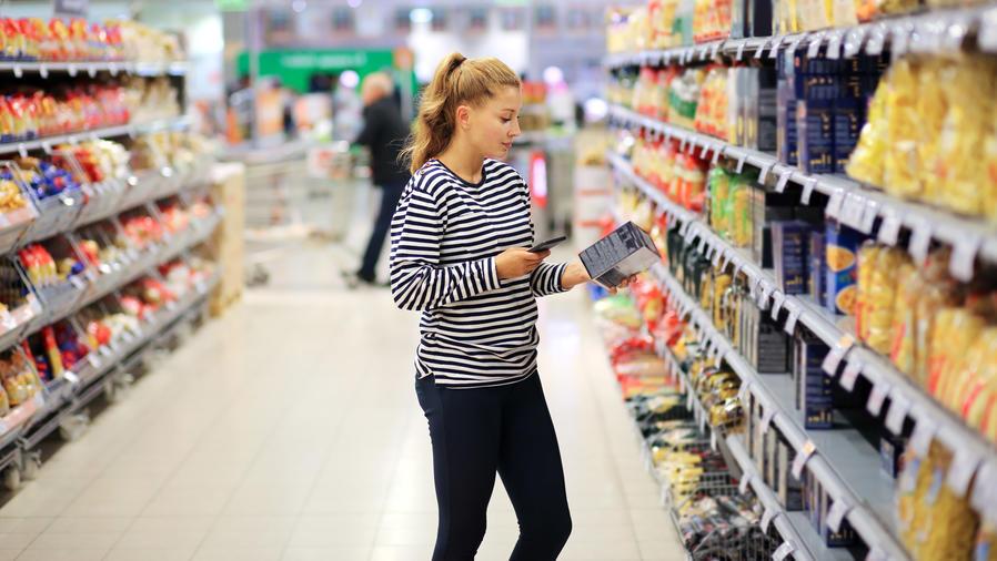 Mujer leyendo la información nutrimental de un producto