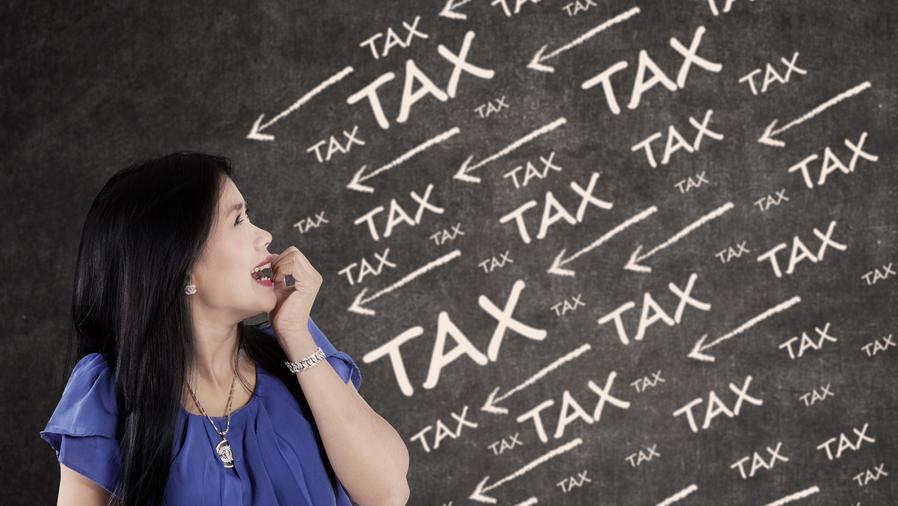 Mujer estresada por las deudas fiscales