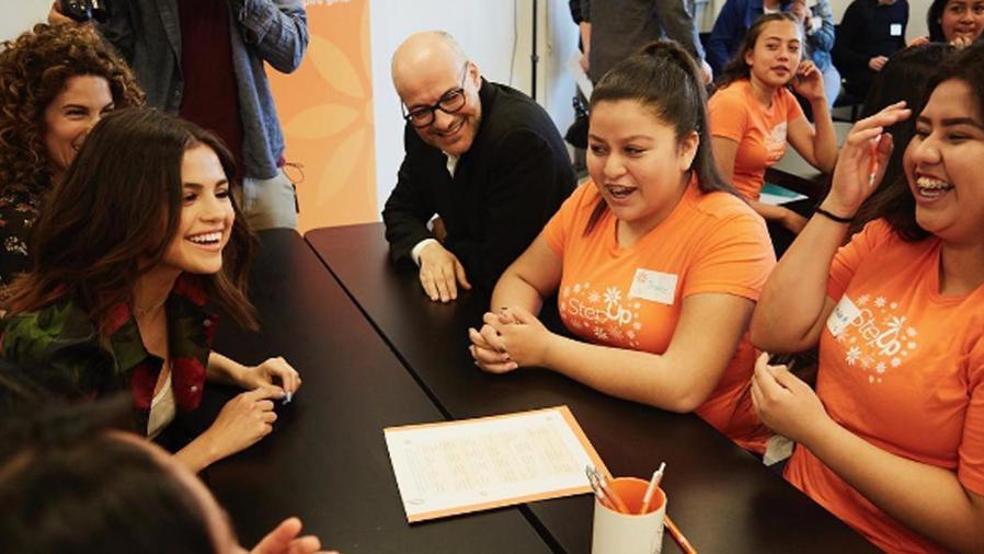 Selena Gomez visita escuela