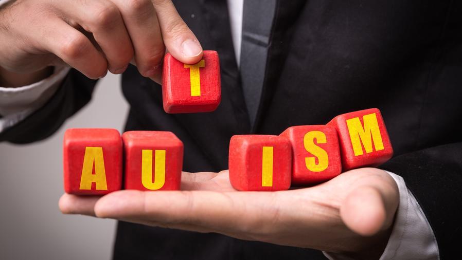 """Letras que forman la palabra """"autism"""""""