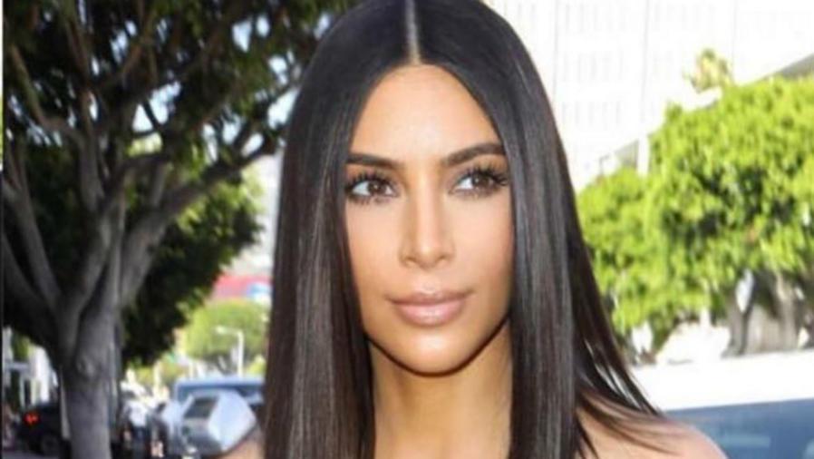 Kim Kardashian luciendo su nuevo corte de cabello