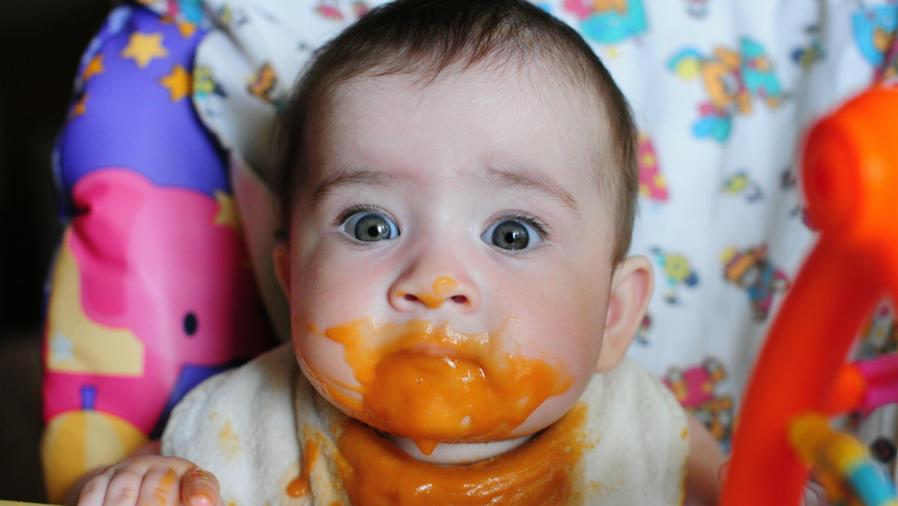 Bebé comiendo papilla de zanahoria