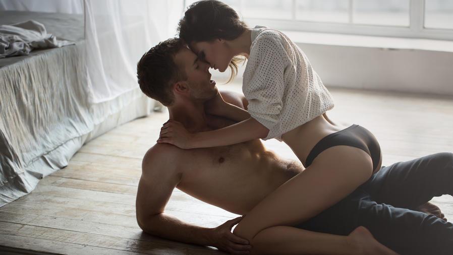 Mujer sentada sobre hombre