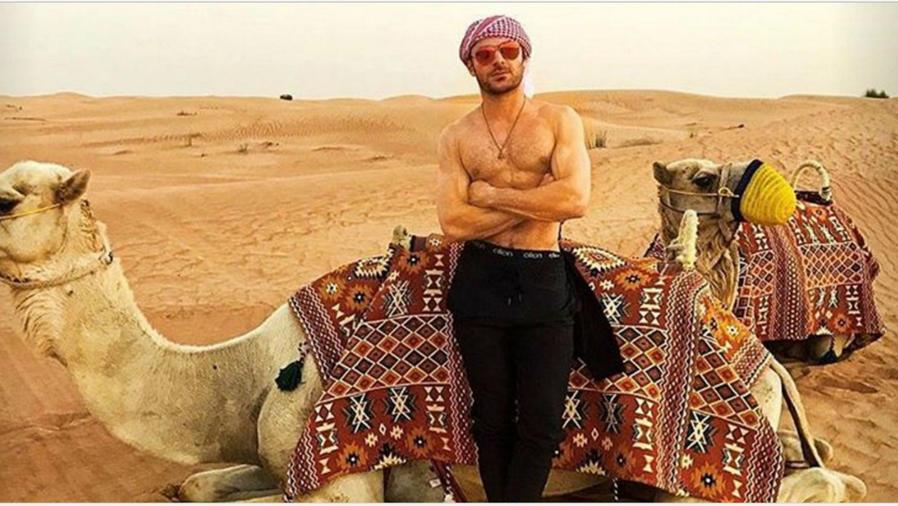 Zac Efron posando junto a un camello