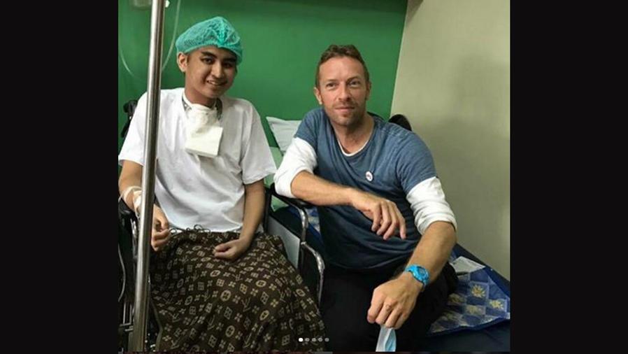Chris Martin visita a niño cáncer