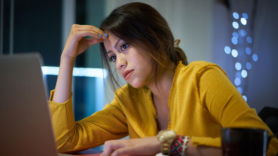 Mujer joven estresada