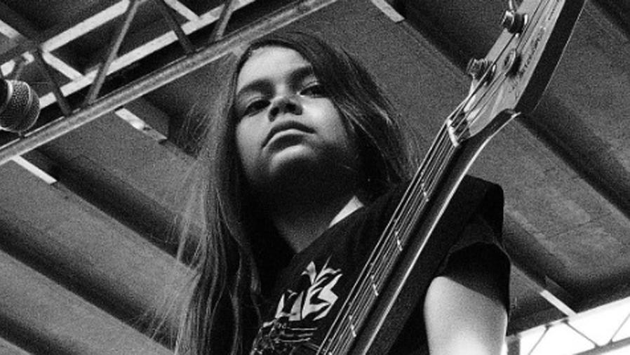 Tye Trujillo tocando el bajo