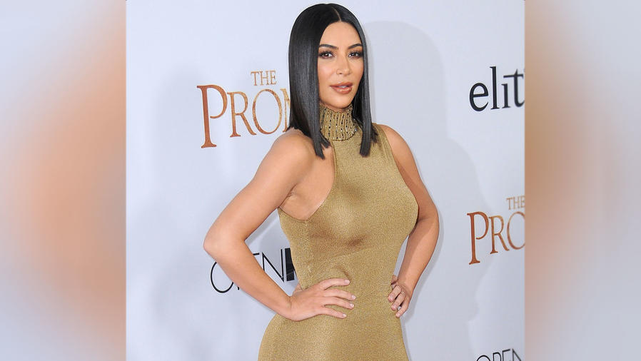 Kim Kardashian con vestido Versace en la premier de la película The Promise