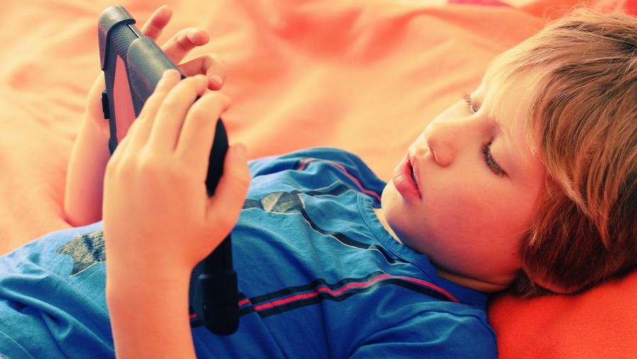 Niño autista con tableta