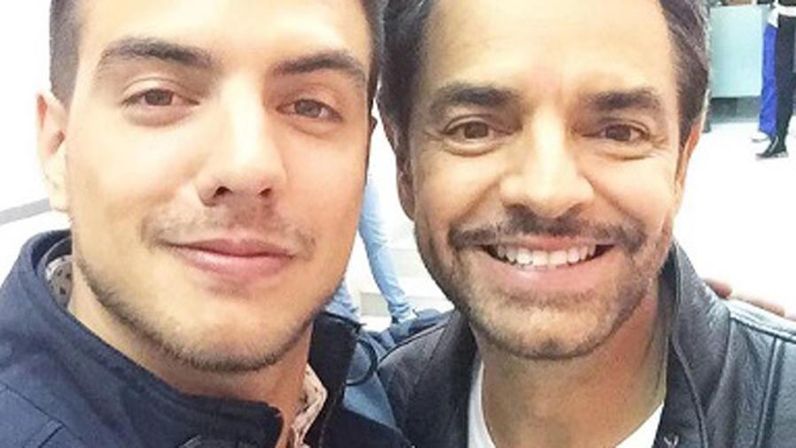 Vadhir Derbez y Eugenio Derbez tomándose una selfie