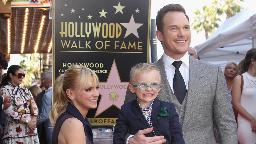 Chris Pratt, Anna Faris y su hijo Jack en el Paseo de la Fama